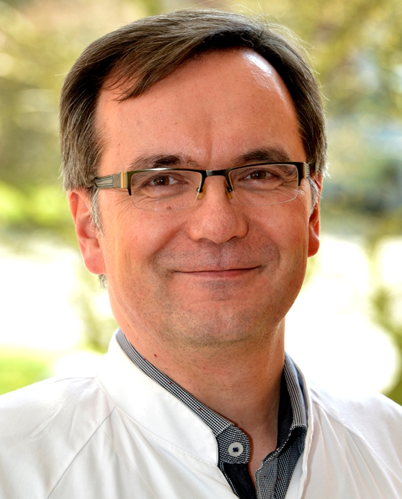 Dr. med. Marco Michels erklärt, was bei Fußballern bei einem Kopfball im Kopf passiert.
