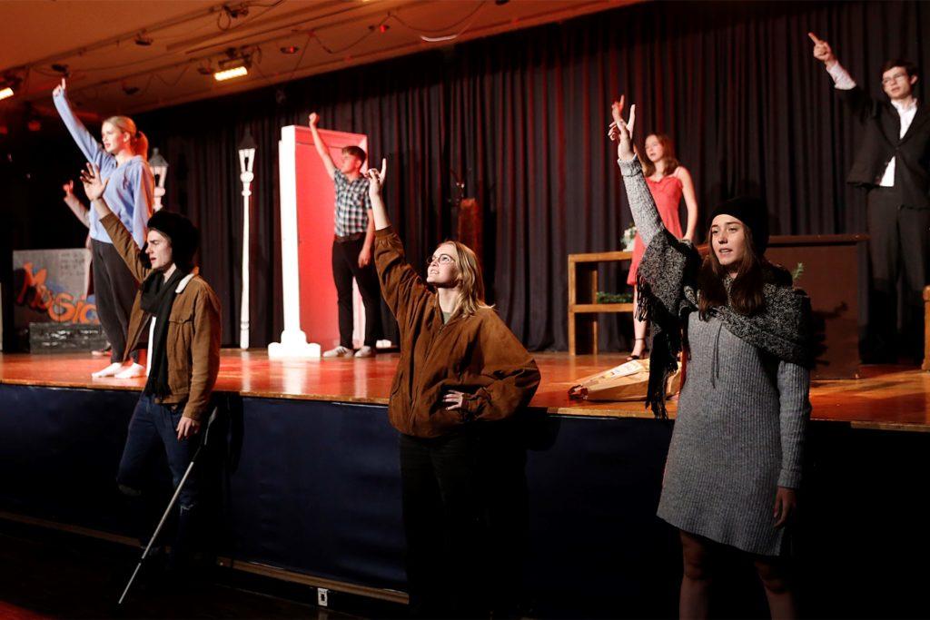 Das Ensemble probt mit großen Engagement für die lang ersehnte Aufführung.