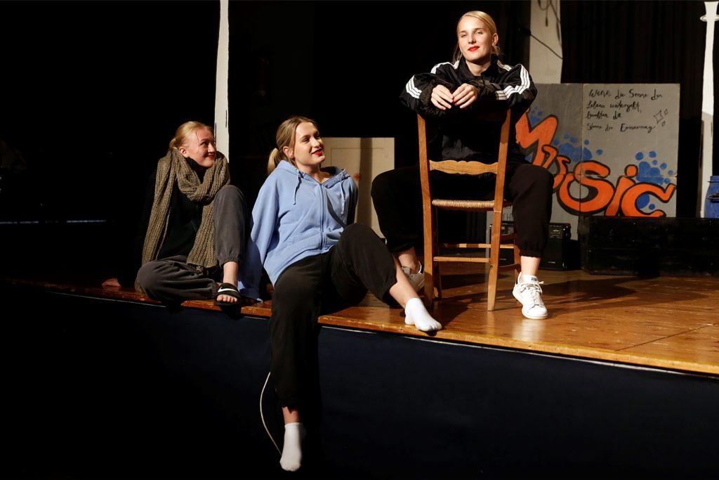Die drei Girls Chiffon, Crystal und Ronette machen im Stück erstaunliche Wandlungen durch.