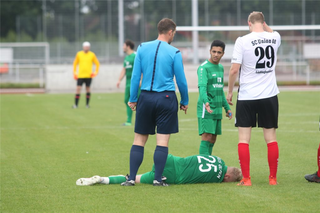 Viele Zweikämpfe prägten das Derby zwischen Union Lüdinghausen und dem SuS Olfen. In dieser Szene hat es Olfens Tim Kortenbusch erwischt.