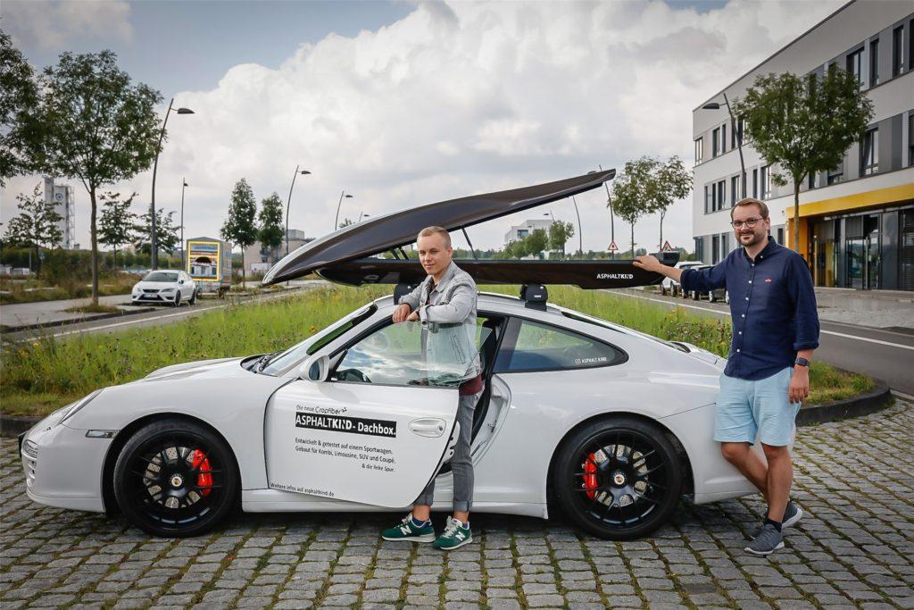 """Unter dem Namen """"Asphaltkind"""" stellen Nils Freyberg (r.) und sein Marketing-Mitarbeiter Tiado Janis Pieperhoff bei Cropfiber GmbH in Dortmund Dachboxen aus Naturfaser her. Der Werkstoff ist besonders leicht und wird CO2-neutral hergestellt."""