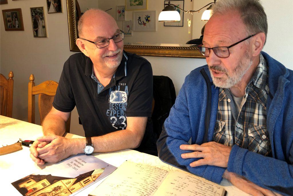 Matthias Hüppe und Meinolf Schwering (v.l.) stöbern gern in der Lanstroper Geschichte - und fördern dabei Interessantes zutage