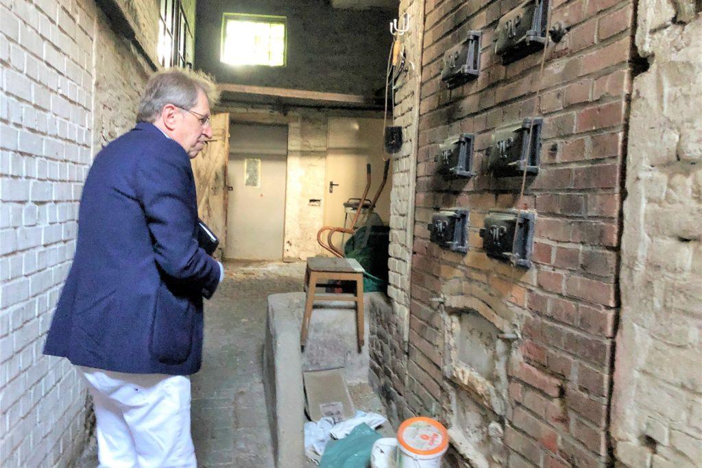 Die alten Gebäude werden für den Abriss vorbereitet. Hier ist Lothar Heinze in einer ehemaligen Backstube.