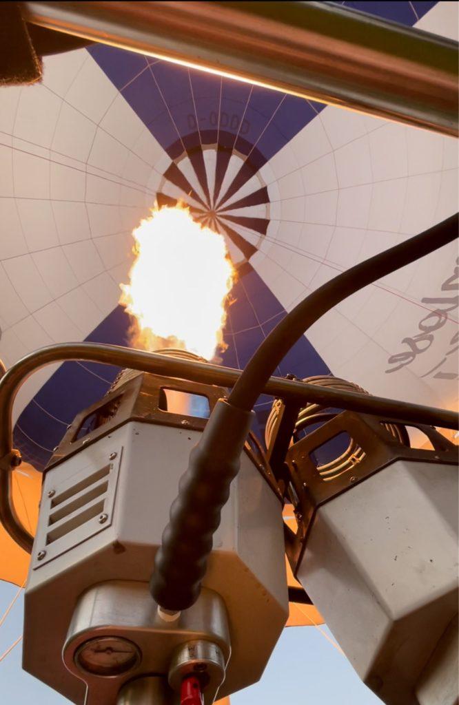 Mit dem Brenner wird die Luft im Ballon erhitzt.