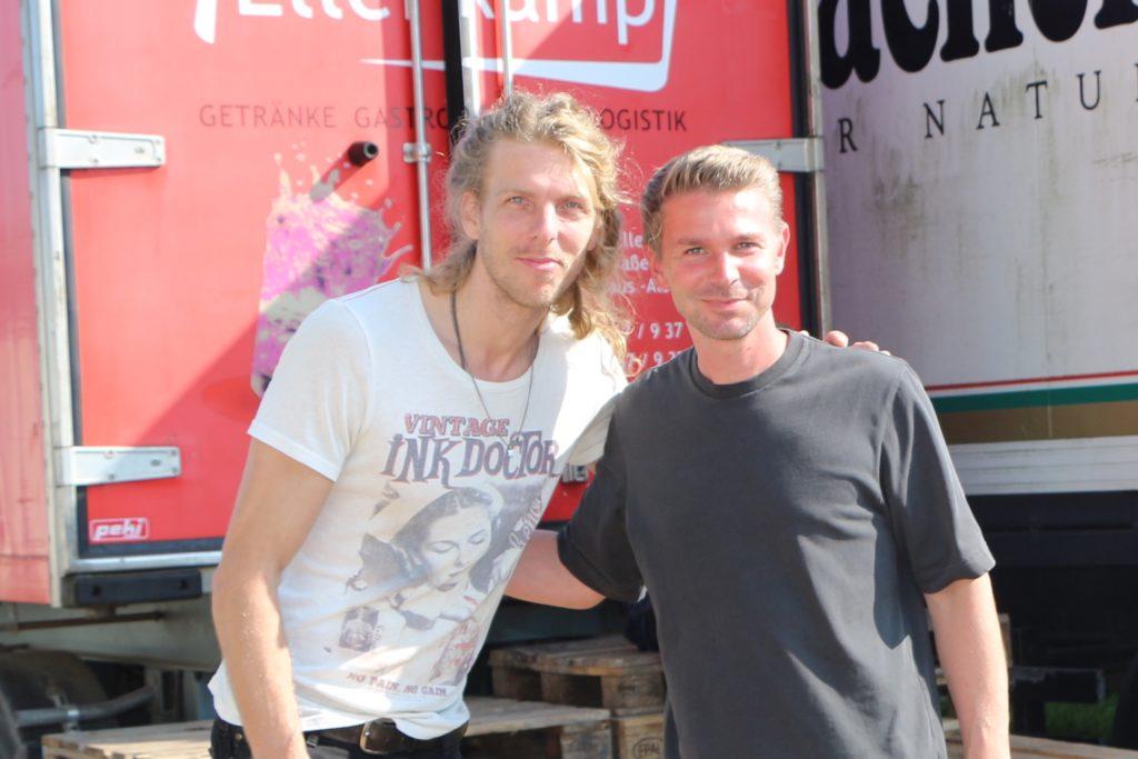 Nach einem Jahr Corona-Pause konnte Mitorganisator Hendrik Kemper (r.) mit Jacko Zieverink, Frontman der Band Jackfire, auch einen den vielen Dauergäste begrüßen.