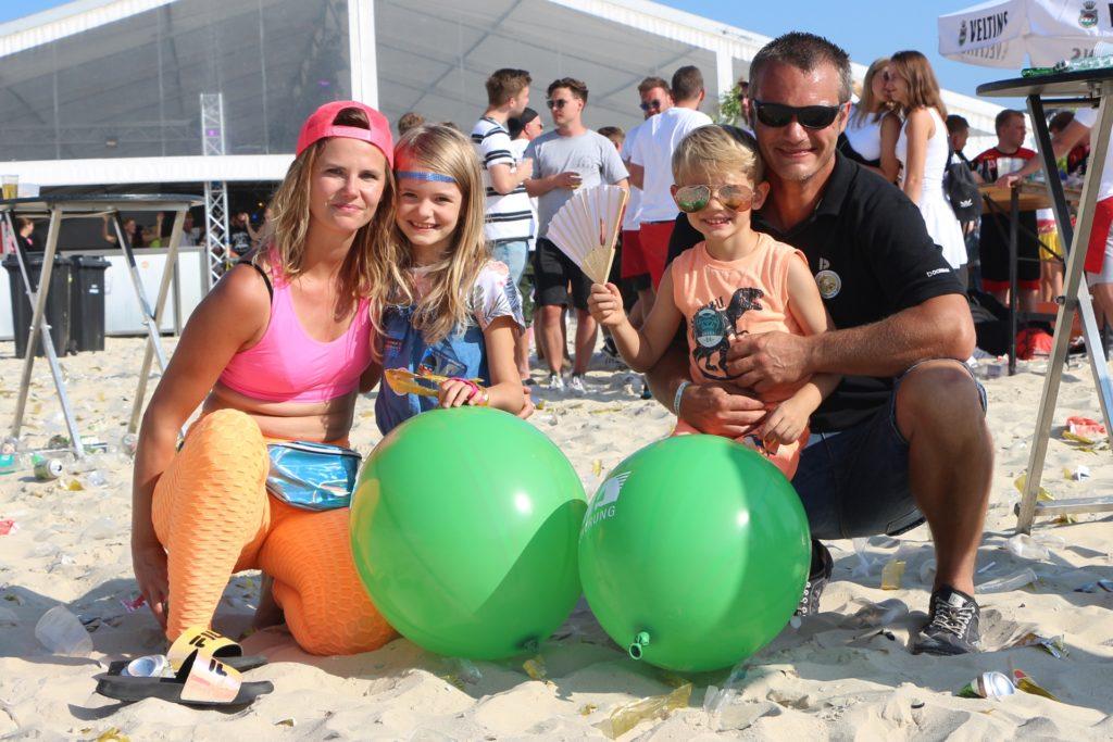 Jennifer Hofer (l.) konnte das frühe Turnier-Aus verschmerzen, mit Mann Matthias und den Kindern Emilia und Lion nutzte sie die freie Zeit am Sandstrand.