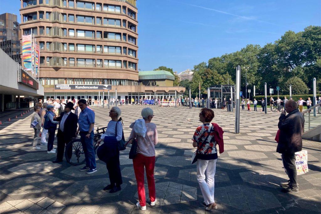 """Die Umrisse der Alten Synagoge stellten die Teilnehmer des """"Wegs der Verbundenheit"""" auf dem Platz vor dem Opernhaus nach."""