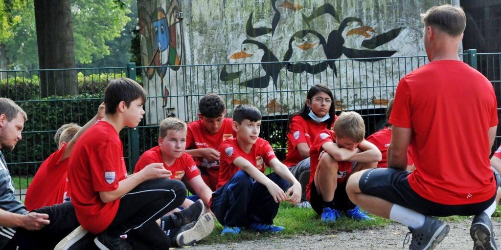 """""""Was macht einen guten Sportler aus?"""" Marcel Bechmann regt die Kinder zur Selbstreflexion an."""