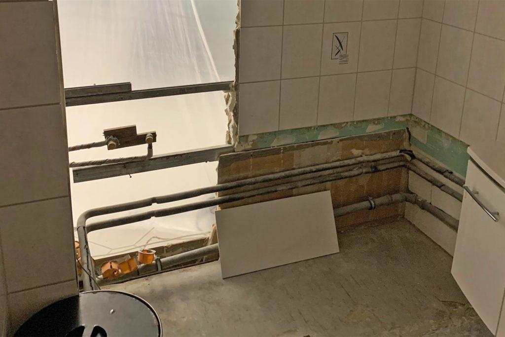 Seit vier Monaten ist das Bad eines Eigentümers durch einen Wasserschaden in der darüber liegenden Etage eine Baustelle. Er duscht seitdem bei seinem Sohn.