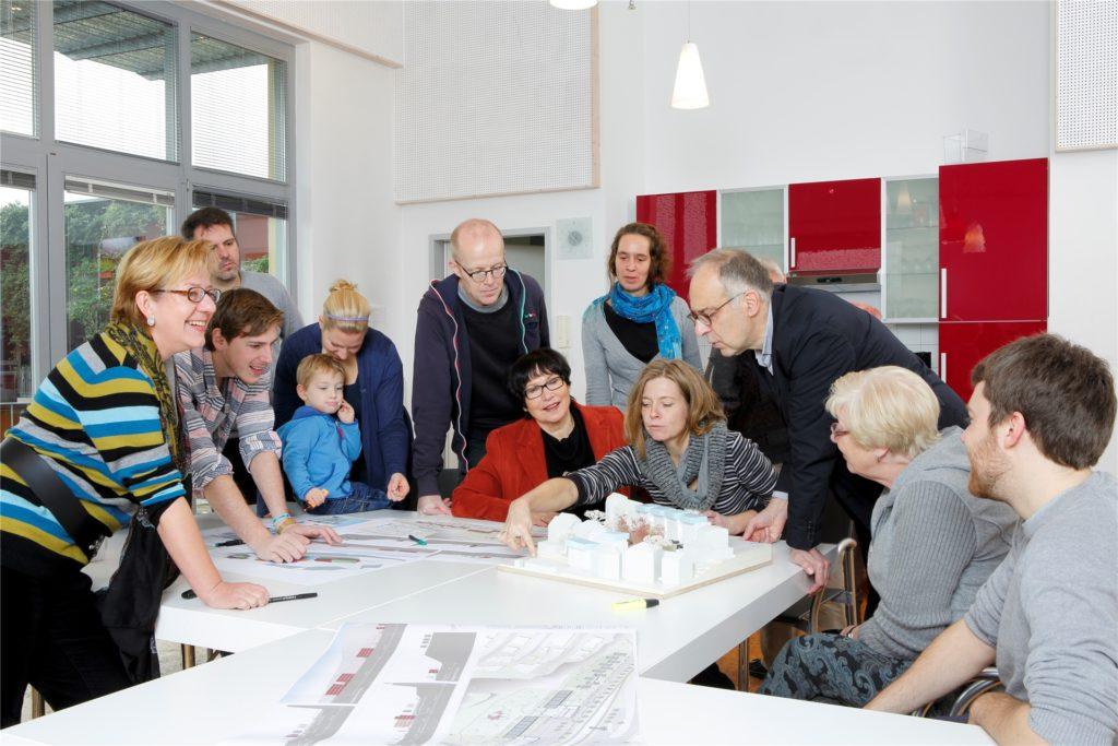 So wird es aussehen, wenn sich die Baugemeinschaft für das neue Wohnprojekt in der Dortmunder  Innenstadt gefunden hat. Unter der Moderation von Birgit Pohlmann (l.) und gemeinsam mit dem Architekten Norbert Post (3.v.r.) wird das künftige Zuhause gestaltet.