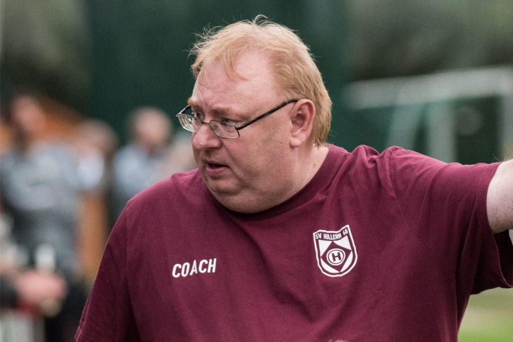 Hullern-Coach Christoph Bafs-Dudzik nimmt seine Spieler trotz der vier Roten Karten in den Schutz, sagt aber auch seine ehrliche Meinung zu den Vergehen.