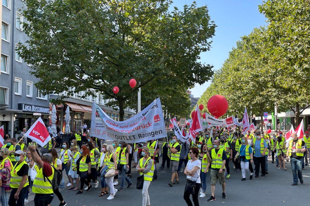 Laut zogen die Demonstrierenden durch die Innenstadt. SPD-Chef Norbert Walter-Borjans begleitete dem Demonstrationszug zu Beginn.