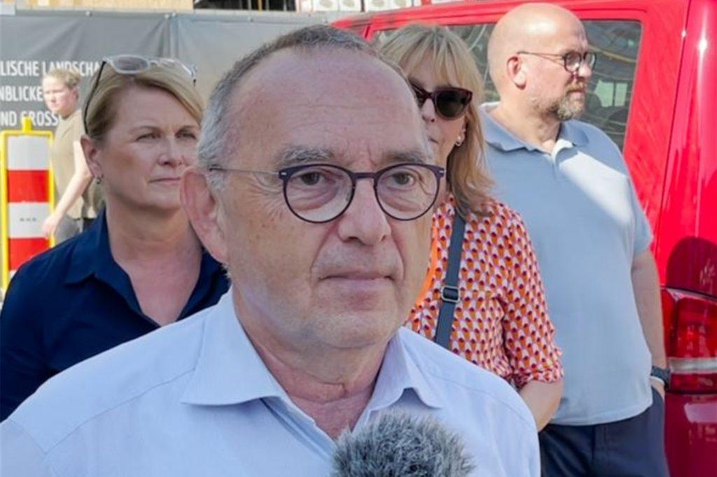 SPD-Chef Norbert Walter-Borjans beantwortete nach seiner Rede auf der Bühne Fragen von Journalisten.