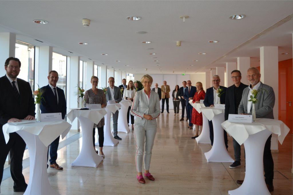 Insgesamt hat Regierungspräsidentin Dorothee Feller (Mitte) am Mittwoch 25 Förderbescheide in einer Gesamthöhe von 4.9 Millionen Euro übergeben, r. der Erste Beigeordnete der Stadt Stadtlohn, Günter Wewers.