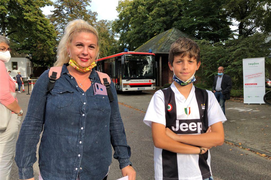 Brigitte Cristaldi ist schon lange geimpft. Am Montag begleitete sie ihren Sohn Cristiano (12) zum Impfmobil auf dem Stadtlohner Busbahnhof.