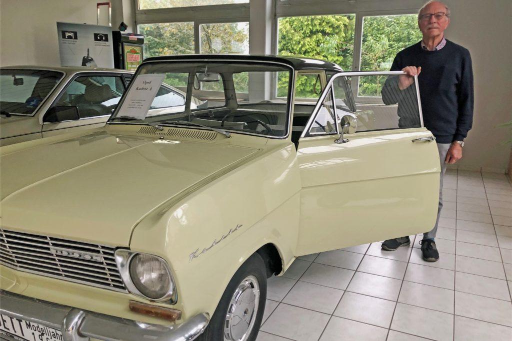Ein unverkäuflicher Kadett B, Baujahr 1962, ist ein Blickfang in der Verkaufsausstellung des Autohauses Wilkes. 1962 war auch das Jahr, in dem Paul Wilkes (82) das Autohaus gründete.