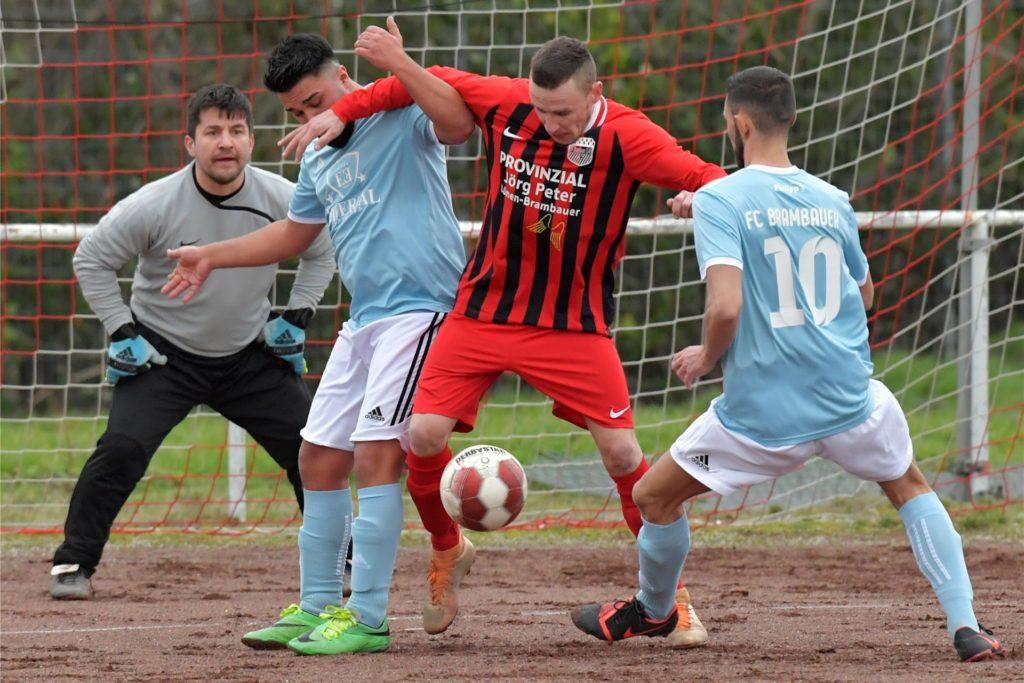Der FC Brambauer um Vorstand Ahmet Elikalfa (l.) musste seine erste Mannschaft zurückziehen.