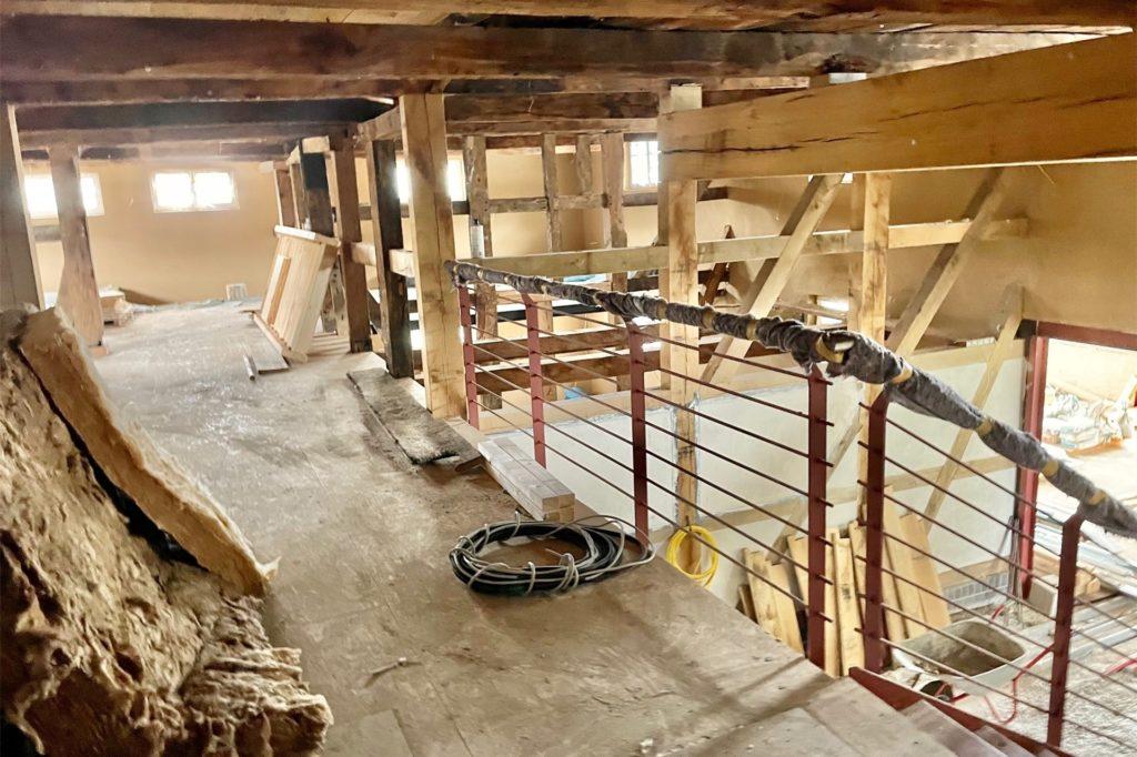 Luftig und offen bleibt das Ständerwerk im inneren des Gebäudes.