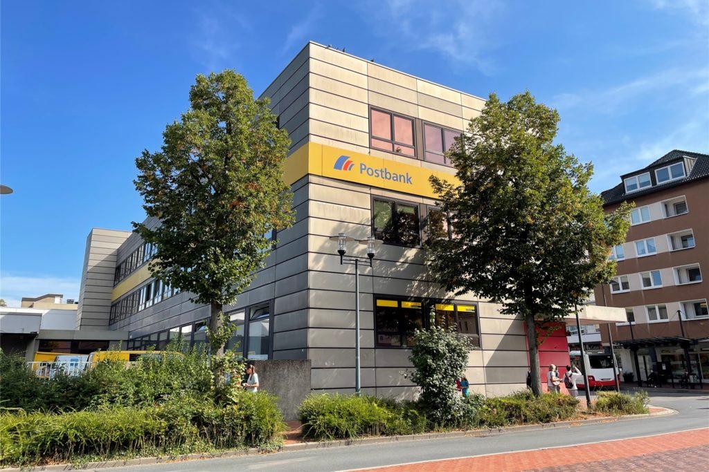 Das Postgebäude gegenüber dem Busbahnhof.