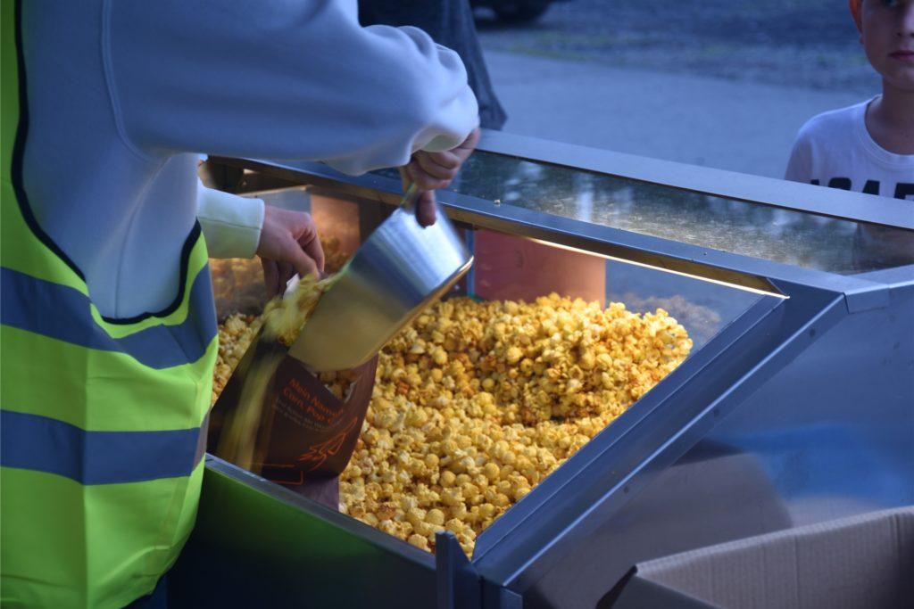 Was darf zu einem guten Film nicht fehlen? Richtig, eine Tüte Popcorn. Die Jugendfußballer des PSV Bork kümmerten sich um die Versorgung mit Snacks und Getränken.