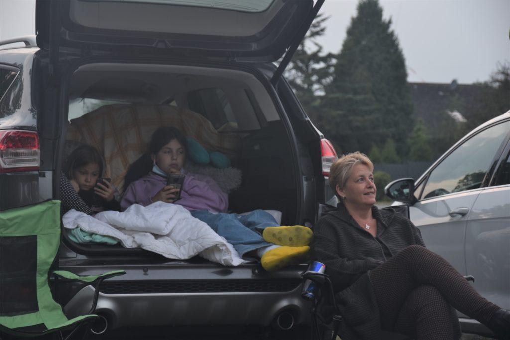 Gut vorbereitet: Familie Vietze wartet, bis der Film startet. Die Kinder haben es sich mit Decken im Kofferraum gemütlich gemacht.