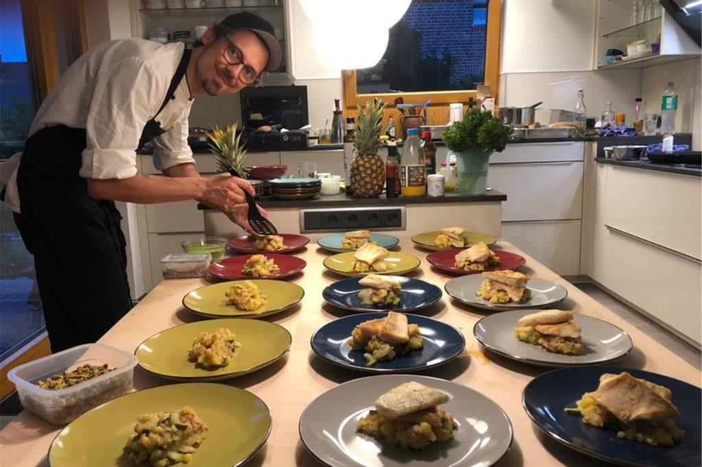 Nick Kutzinski bei einem privaten Kochevent in Aktion