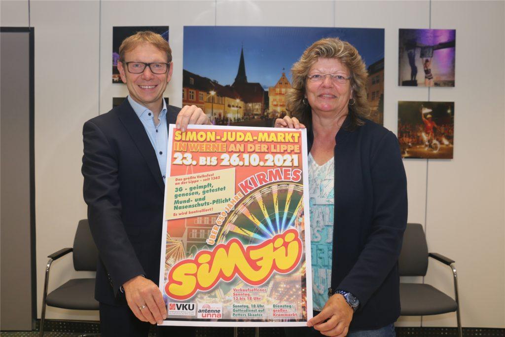 Freuen sich nach einem Jahr Pause auf die Sim-Jü-Kirmes: Bürgermeister Lothar Christ und Kordula Mertens, Ordnungsamtsleiterin der Stadt Werne. Die Corona-Regeln für einen Besuch auf der Kirmes werden stichprobenartig kontrolliert.