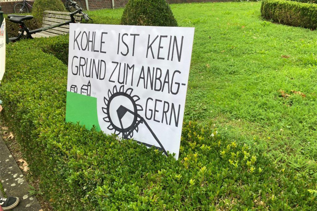 Einige Teilnehmer hatten Plakate zur Demo in Werne mitgebracht.