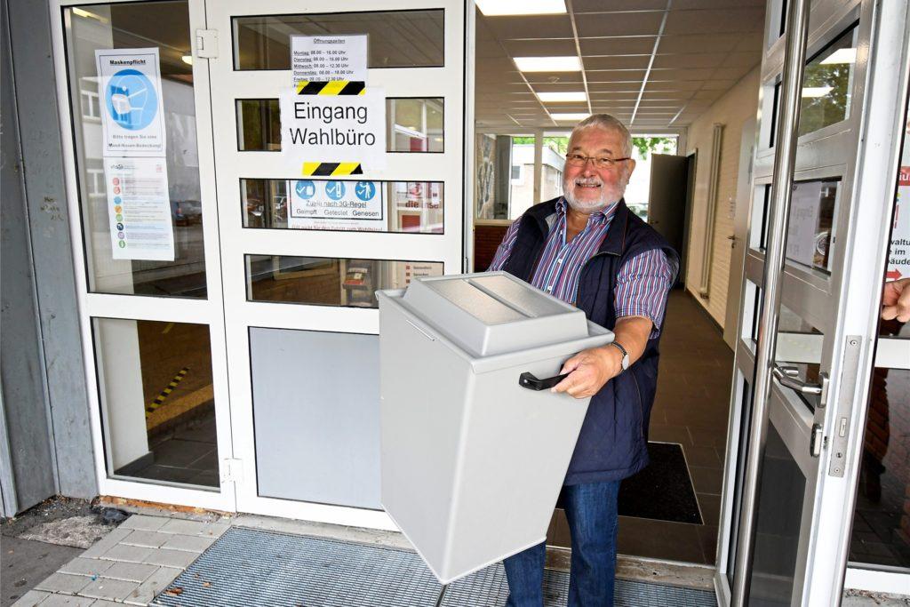 Am heutigen Sonntag brachte Klaus Mortzek einige Wahlurnen zur Auszählung.