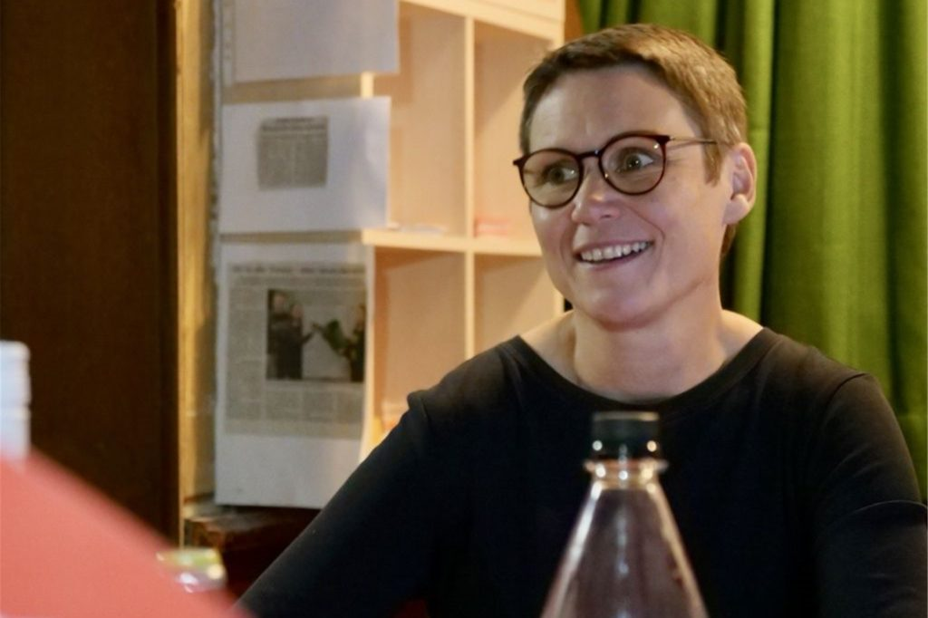 Ulrike Eifler, die Direktkandidatin der Linken, verfolgt in Oer-Erkenschwick die Auszählung.