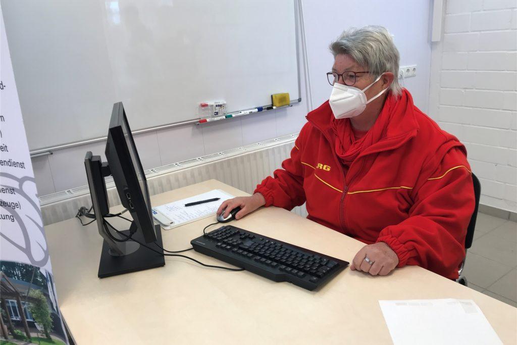 Vorsitzende Anne Feldmann im DLRG-Testzentrum am Stausee.