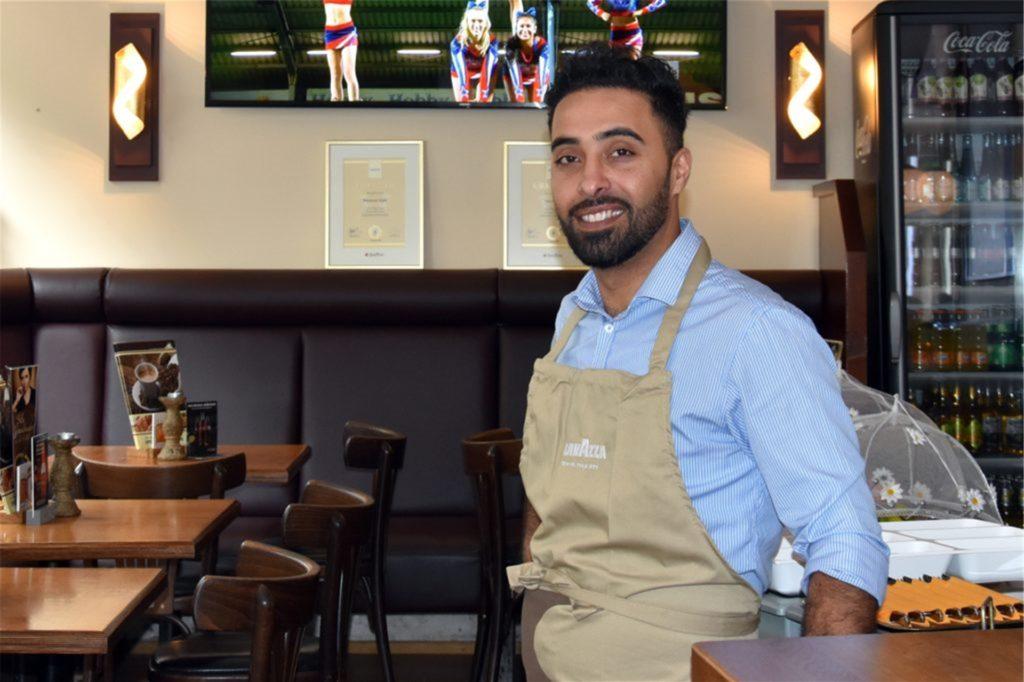 Thomas Saljuki vom Café Zentral in Haltern hat noch keine Tische zurück in den Innenbereich seines Lokals gestellt.